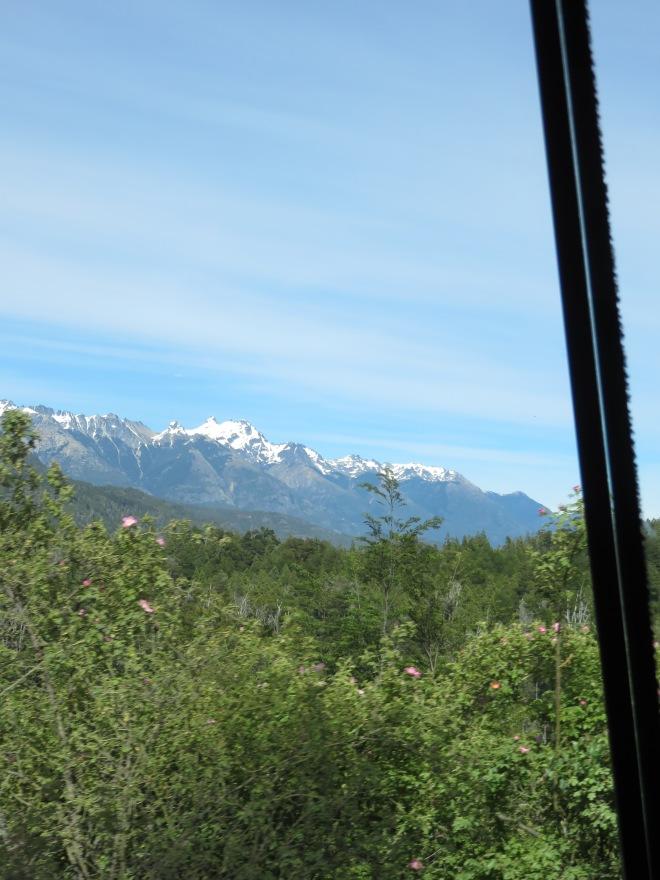 Vista da janela da van - caminho para o rafting.